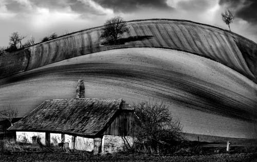 Bognár Róbert::Kis ház a domboldalon